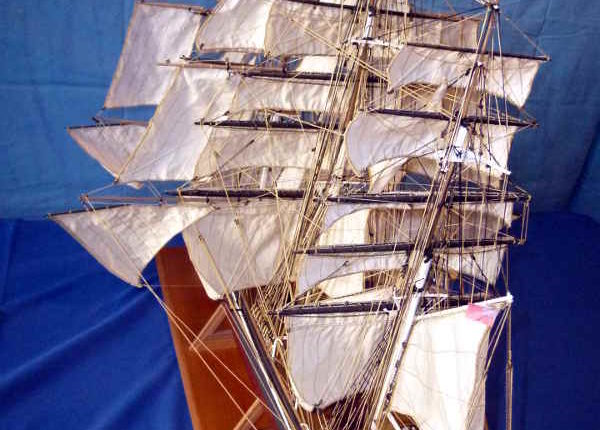 Il Cutty Sark con le vele spiegate visto dall'alto.