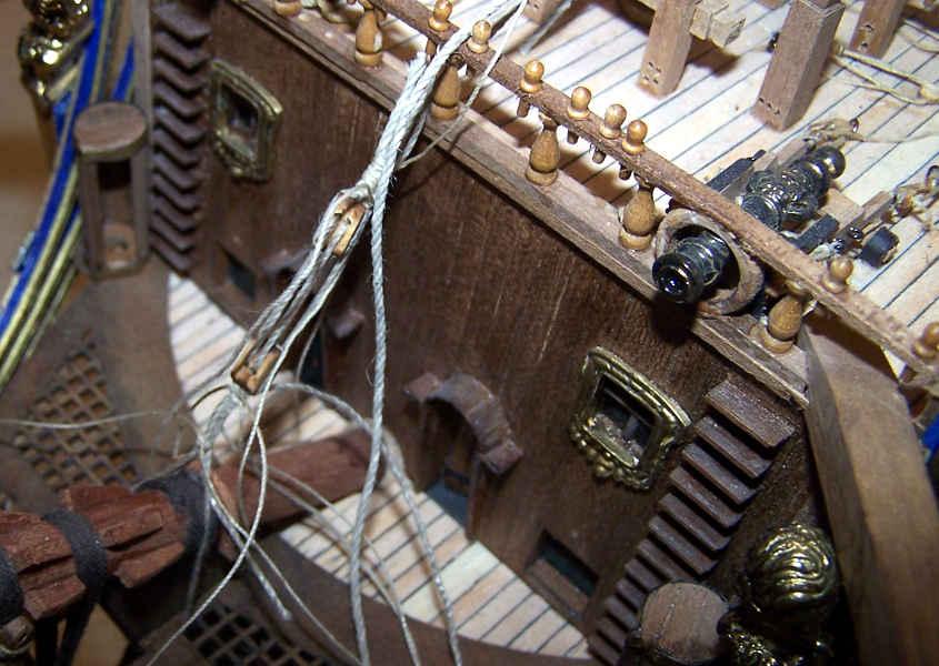 Un cannone finito installato sul castello di pruaUn cannone finito installato sul castello di prua