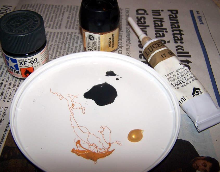 Colore nero antracite, oro e bronzo su un piatto di plastica