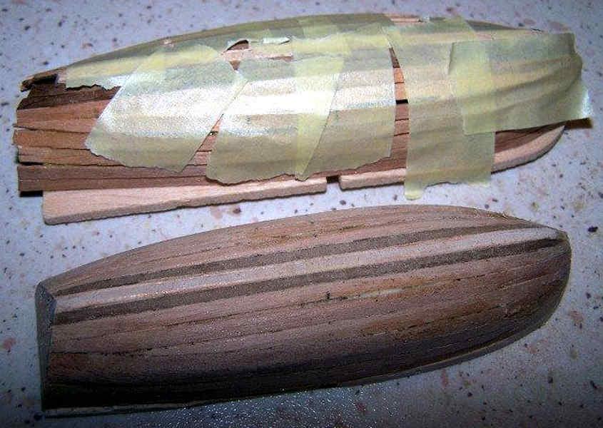 Il rivestimento del primo fasciame è eseguito con il legno più chiaro
