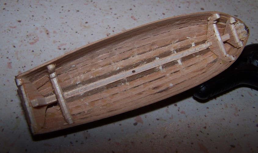 La scialuppa con l'interno libero dalla chiglia e dalle ordiante