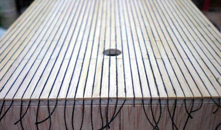 Per riprodurre la calafatura si può interporre tra le tavole del filo colorato