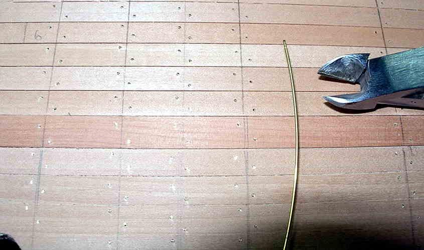 Il filo di ottone viene usato per simulare il chiodino