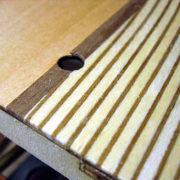 I legni di essenza diversa possono essere usati per creare dei giochi di colore ma non per simulare la calafatura del ponte