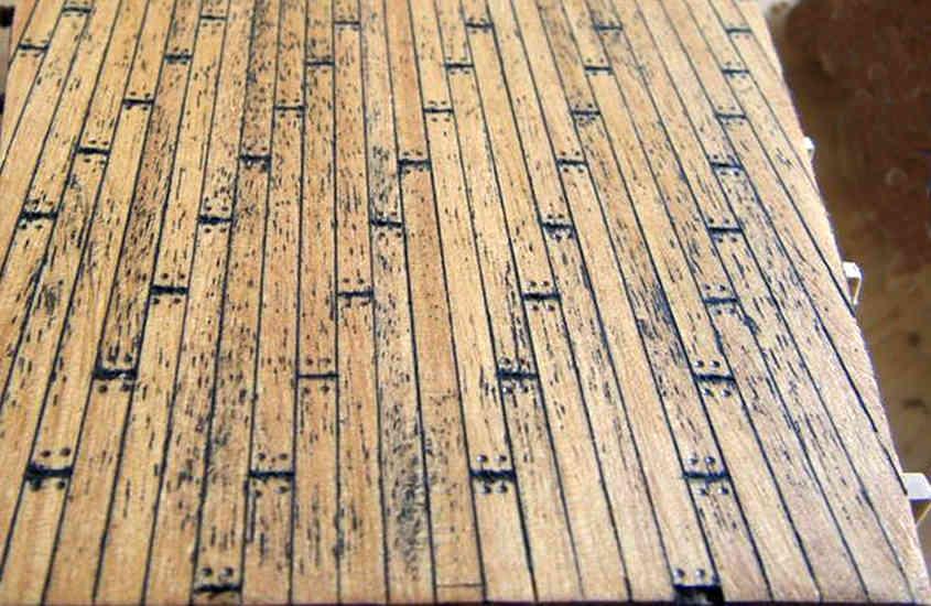 L'effetto finale del tavolato macchiato dallo stucco utilizzato per realizzare la calafatura