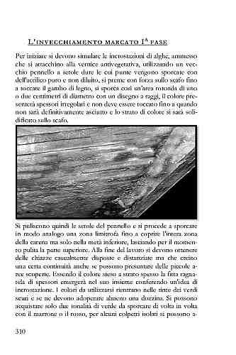 Adoperando un vecchio pennello a setole dure si simulano le incrostazioni delle alghe, si preme con forza sullo scafo fino a toccare il gambo di legno.