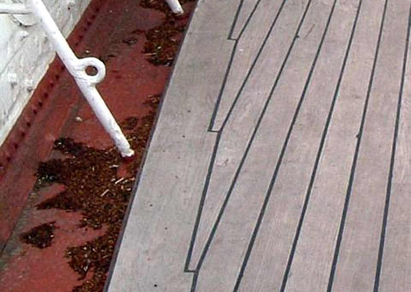 Dalle foto originali si notano gli incastri tra il tavolato del ponte ed il trincarino.