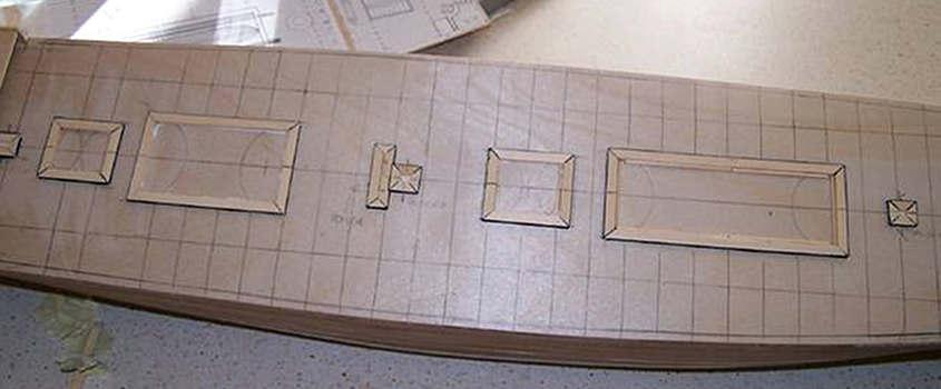 Sul tavolato si tracciano le linee trasversali che serviranno ad allineare il tavolato del ponte.