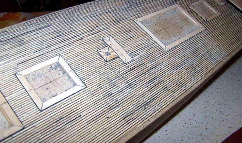 Una fase della levigatura con carta vetrata a grana intermedia