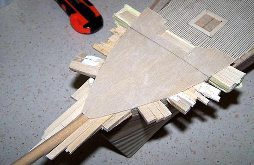 Con delle zeppe di legno si riempiono tutti gli spazi tra il ponte e le fiancate