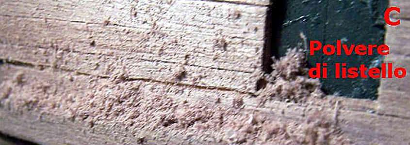 Gli errori delle fughe larghe e delle fessure del secondo fasciame si correggono con della polvere di listello sparpagliata sulla colla vinilica densa (step 2).