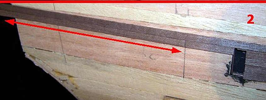 Il rivestimento del secondo fasciame a poppa avviene con degli spezzoni di listello lunghi come le tavole del ponte di coperta