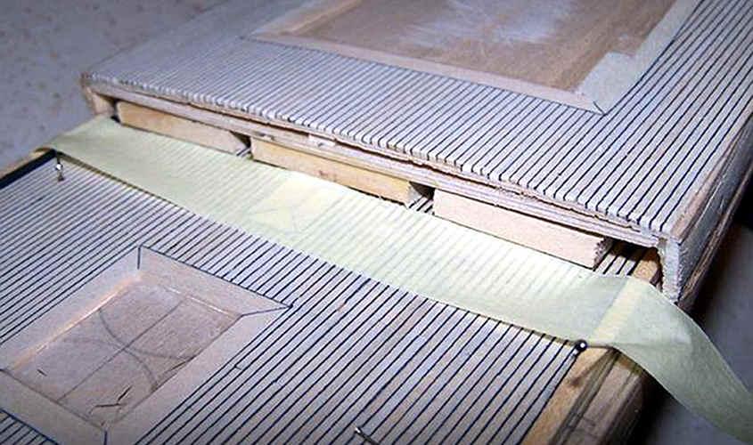 Il trincarino si blocca in posizione a filo delle tavole del ponte
