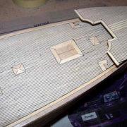 Il trincarino è incollato in posizione definitiva sul ponte di coperta del Cutty Sark.