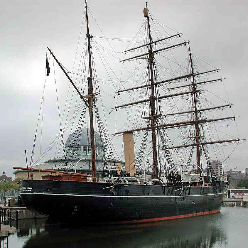 La RRS Discovery era una robusta nave di legno