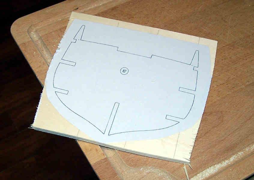 La sagoma di carta va incollata lasciando qualche centimetro libero.