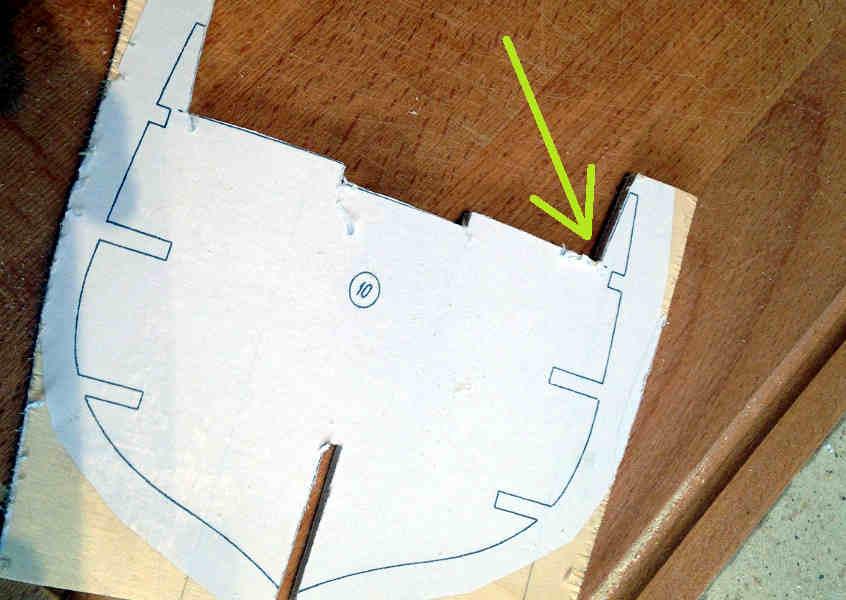 Si completa la parte superiore tagliando anche la parte destra fino al ponte