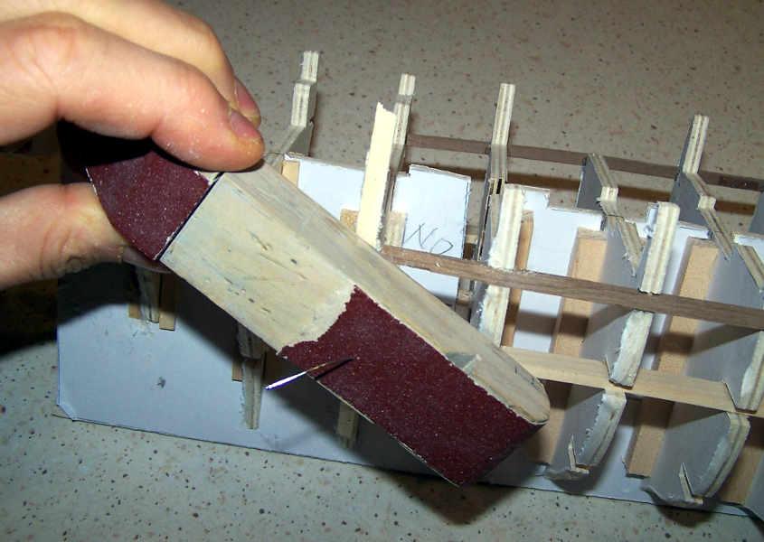 Con un blocchetto di carta vetrata si corregge la curvatura dell'ordinata fino a raggiungere il profilo corretto