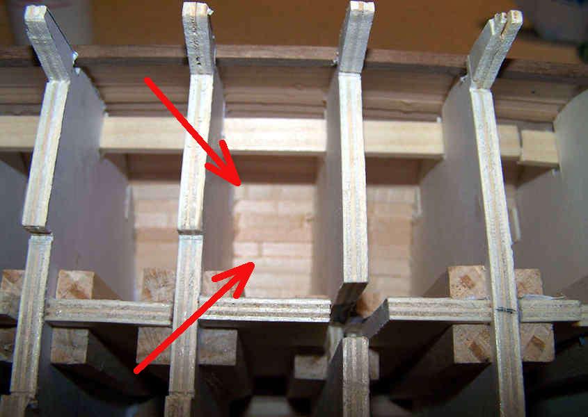 Prima di eseguire la calafatura si osserva l'interno dello scafo per valutare quali siano i punti più critici dove prestare più attenzione.