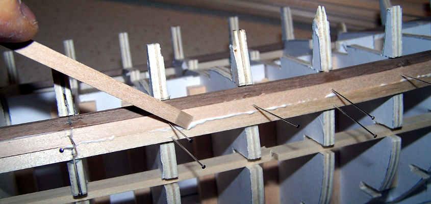 Una volta applicato il listello si elimina l'eccesso della colla.