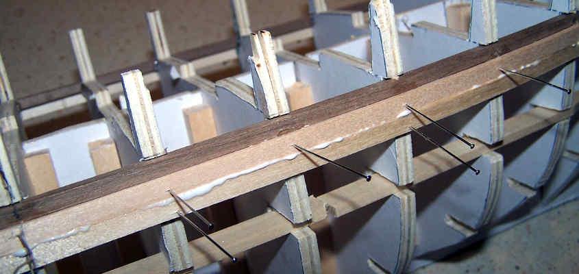 Si applica un secondo listello sotto al primo e lo si blocca in posizione con degli spilli da sarto.