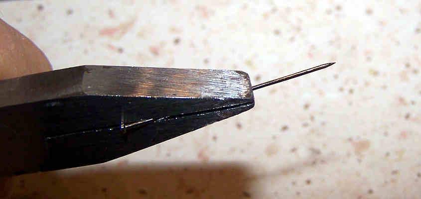 Suo gli spilli da sarto per bloccare i listelli mentre la colla si asciuga.