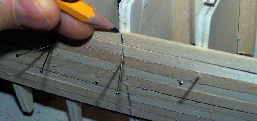 Si traccia un segno per allineare il listello durante la stesura della colla.