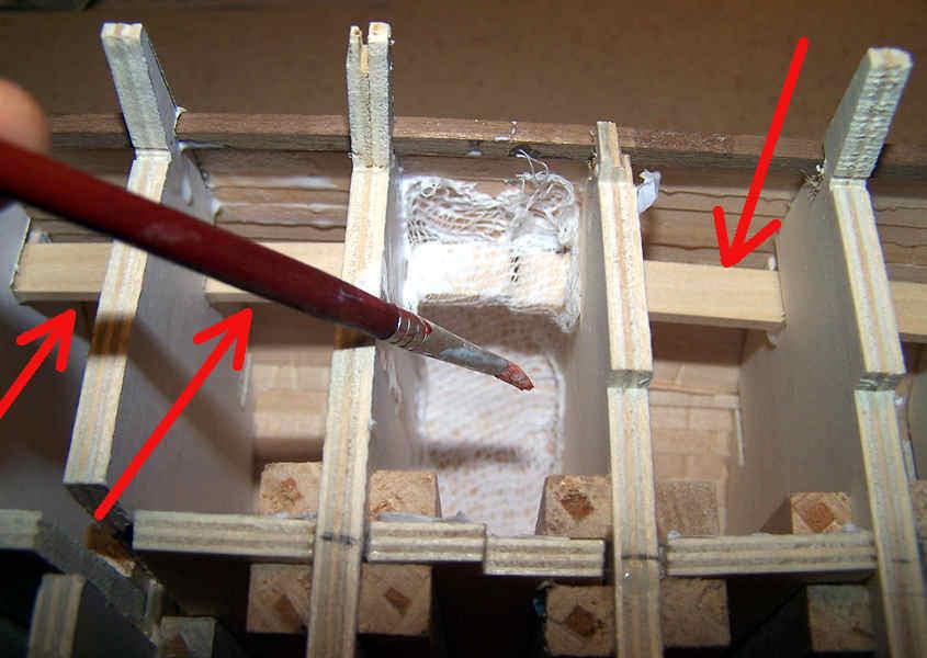 Con un pennello si fa aderire la garze alle pareti dello scafo in modo da irrobustirlo.