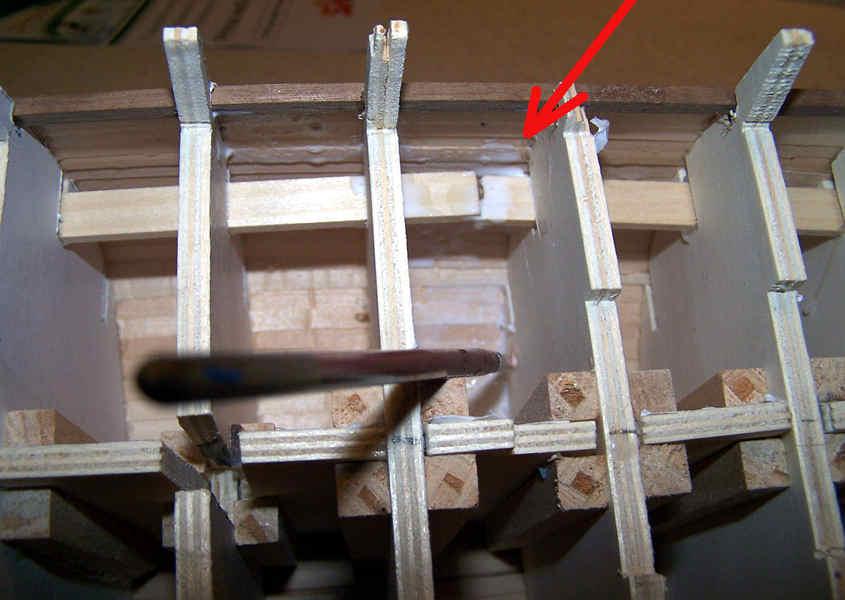 Per prima cosa si stende una mano di colla diluita all'interno dello scafo e sui bordi delle ordinate adiacenti.