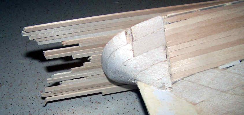 Si lasciano sbordare i listelli in quanto verranno rifilati solo a colla asciutta.