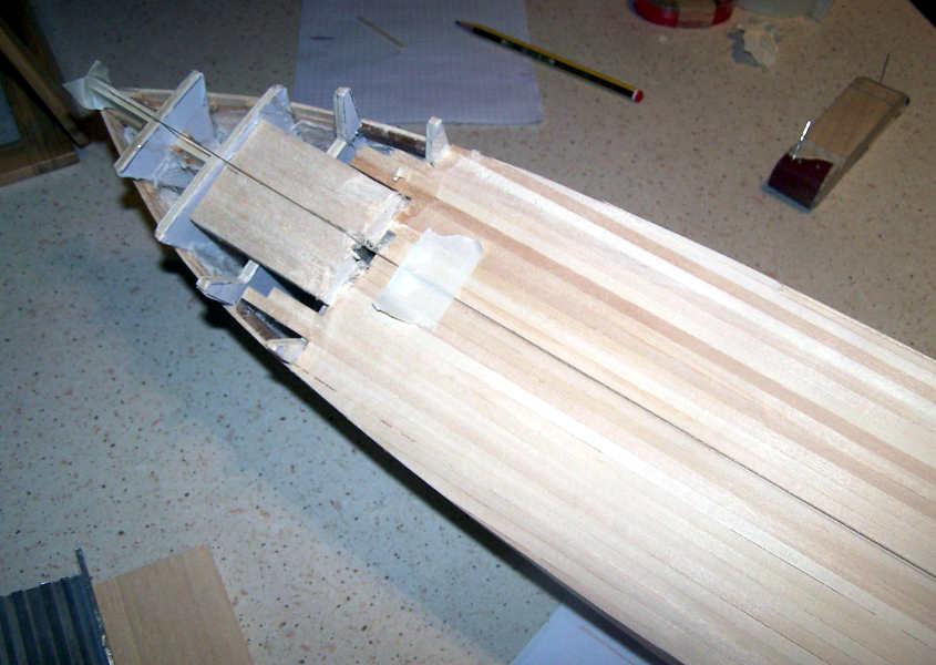 Si traccia con la massima precisione la linea di mezzeria. (Vista della parte anteriore dello scafo).