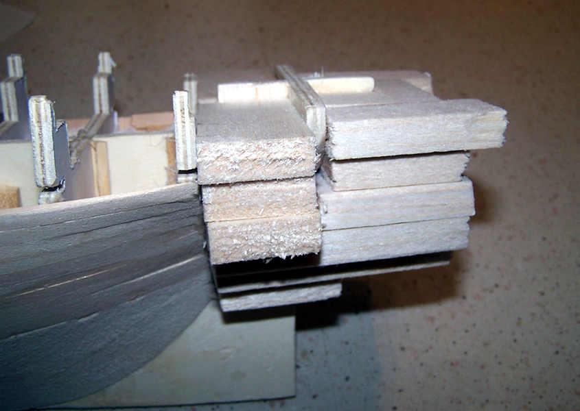 Incollo diversi strati di legno di balsa per potere modificare la forma della poppa.