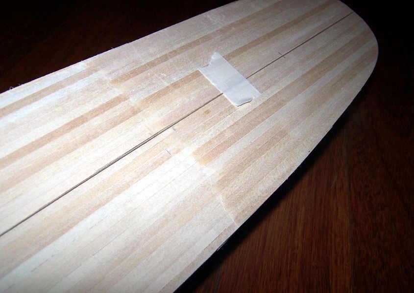 Si traccia con la massima precisione la linea di mezzeria. (Vista della parte posteriore dello scafo).