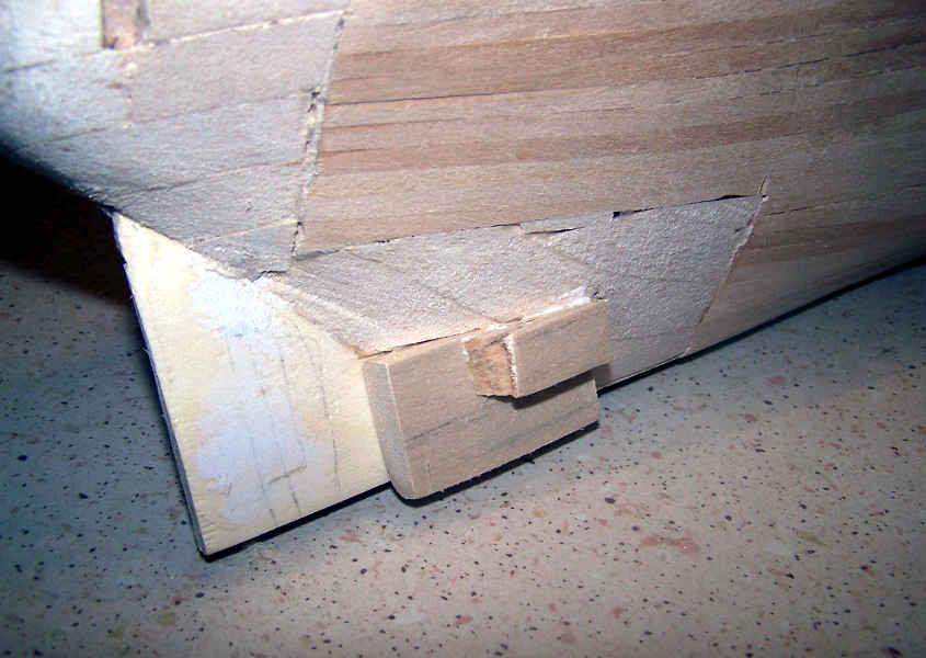 Incollo i blocchetti di legno di balsa sulla parte finale della poppa in modo che siano allineati verticalmente prima dell'elica (da modificare in uno step successivo).