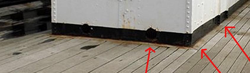 Particolare ingrandito che evidenzia la cornice del boccaporto che accoglie la caldaia della RRS Discovery.