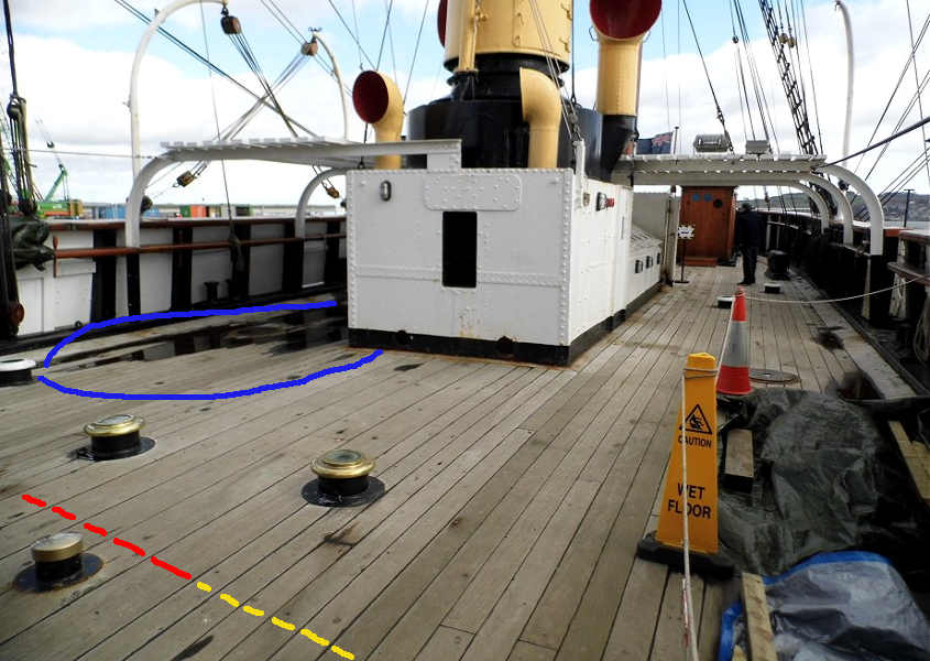 Una foto del ponte (deck) della RRS Discovery ormeggiata a Dundee dalla quale si ricava la larghezza delle assi.