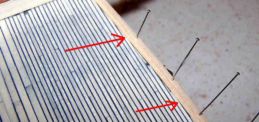 Il trincarino viene bloccato in posizionare con degli spilli.