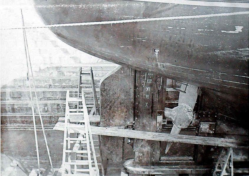 Una foto della RRS Discovery dove si vede una fase lavorativa sul timone e sull'elica.