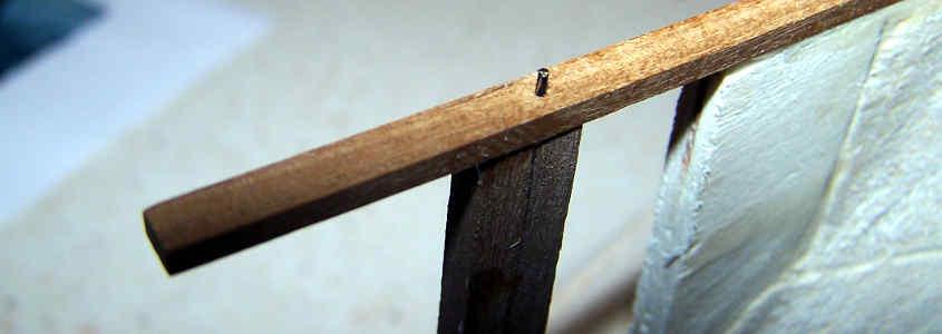 Infilo nel foro un perno in ottone per rinforzare la paratia porta timone e la chiglia.