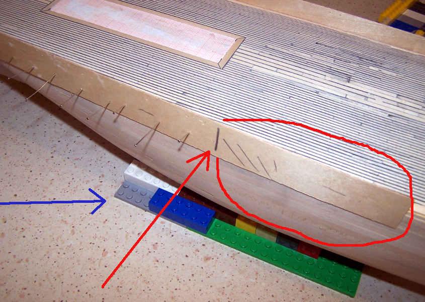 Correggo la leggera insellatura a forma di banana realizzando l'impavesata in più pezzi di compensato di betulla.