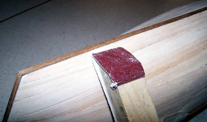 Con un lisciatoio si eseguono gli ultimi ritocchi allo scafo.