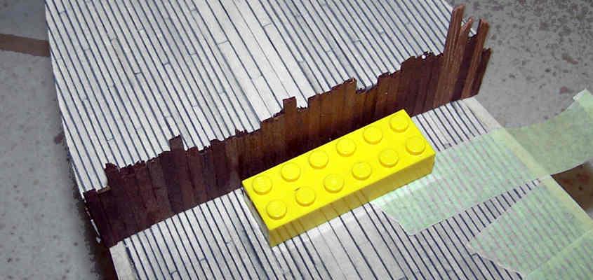 Il rivestimento della paratia di prua viene ricavato da tre listelli di scarto lunghi almeno 30 cm.