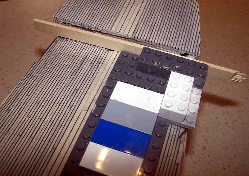 Utilizzo una basetta di plastica per garantire la perpendicolarità della paratia di prua.