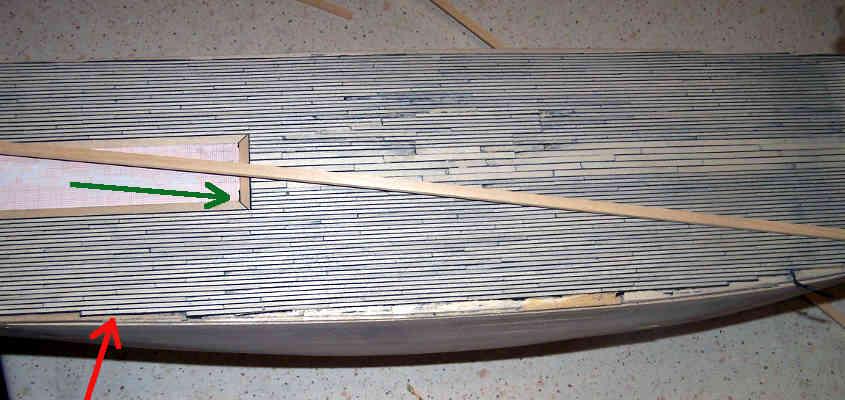 Il ponte listellato, la freccia verde mostra la peretta unione della cornice della sala macchine con il tavolato del ponte.
