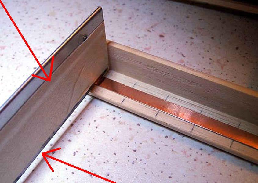 Si incidono i primi chiodini verticali sulla striscia di rame.