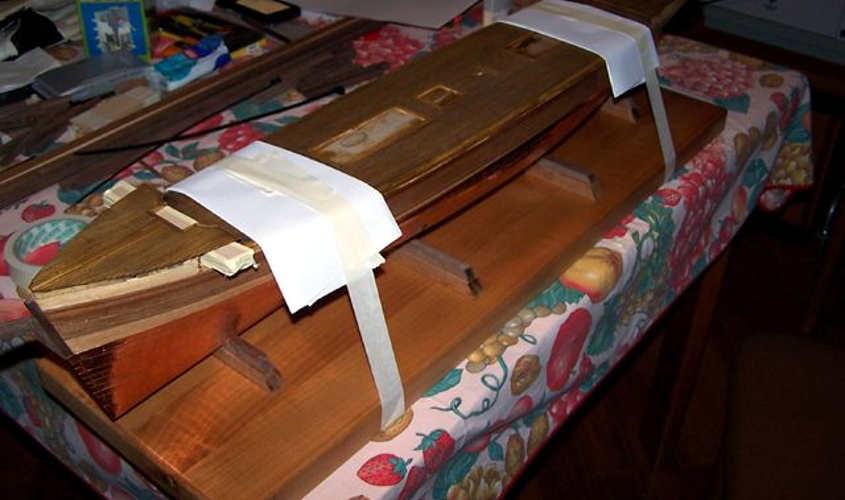 Il modellino è messo a bolla sulla tavola di legno massello.