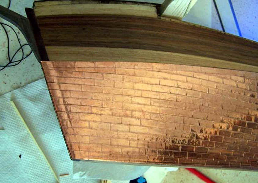 Dettaglio da prua dello scafo in rame che è stato terminata.
