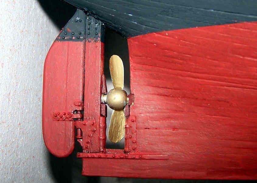 La poppa con il timone, l'elica e la relativa ferramenta già colorata.