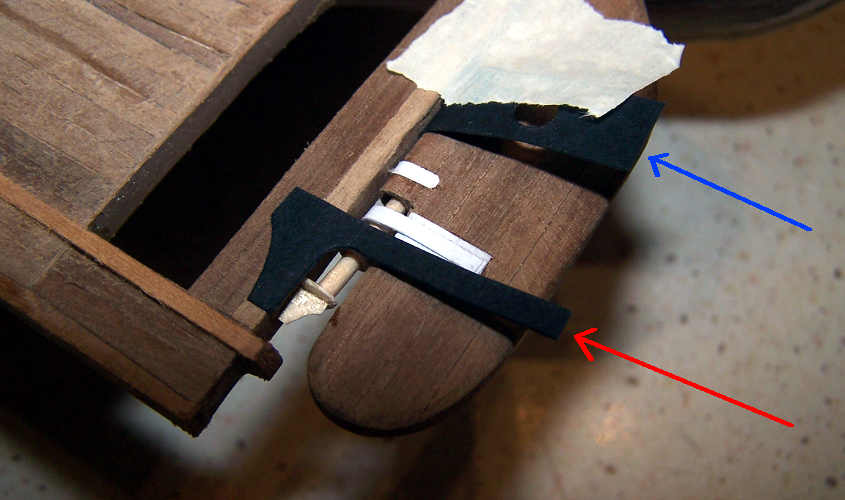 La ferramenta della linguetta del diritto di poppa è incollata sullo scafo.