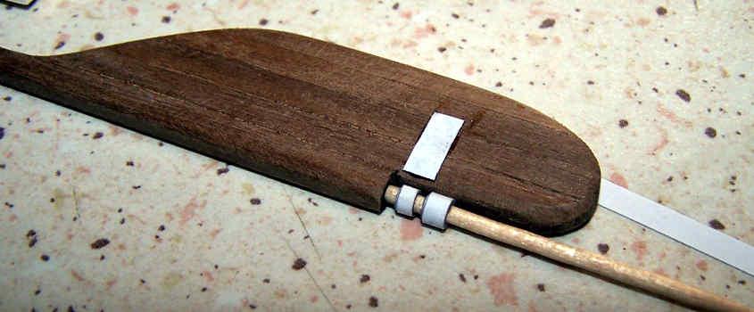La prima linguetta è tagliata a lunghezza ed incollata sulla pala del timone.